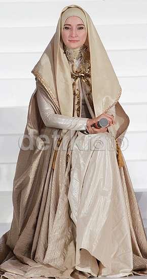 Glamor Berhijab ala Inneke Koesherawati