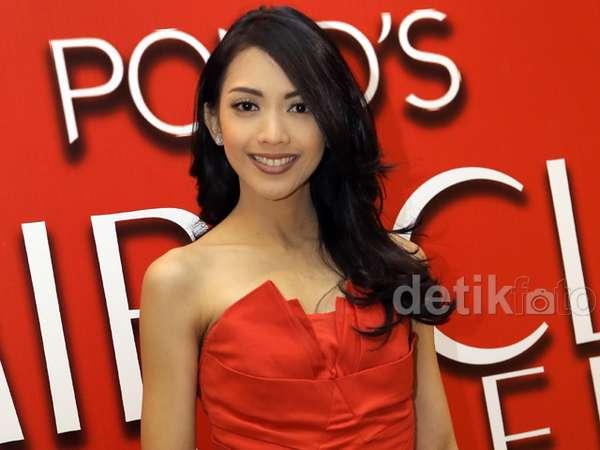 Pretty Mom... Ririn Dwi Ariyanti Menawan Berbaju Merah