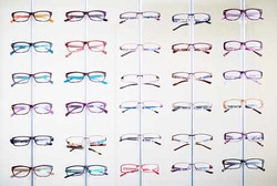 Asal Nyaman, Pakai Kacamata dengan Lensa Plastik atau Kaca Oke-oke Saja Kok