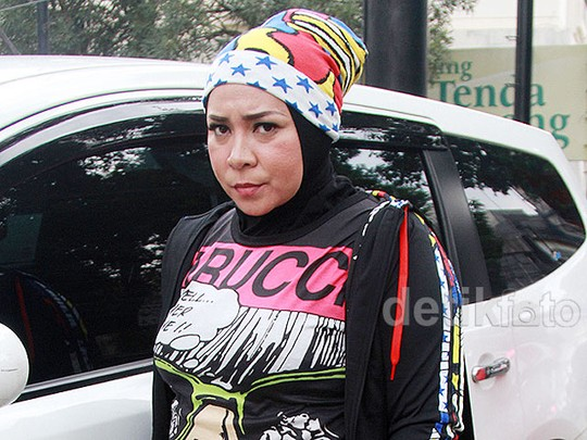 Nyentrik Berhijab ala Melly Goeslaw, Yay or Nay?