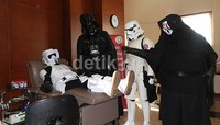Komunitas pecinta Star Wars di Indonesia mengunjungi Palang Merah Indonesia (PMI) yang berada di jalan Keramat Raya, Jakarta Pusat, Jumat (30/4) lalu. Uniknya, mereka mengenakan kostum seperti karakter dalam film kreasi George Lucas itu.