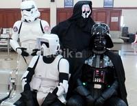 Para karakter dari sisi gelap The Force ternyata punya jiwa sosial. Darth Vader, Stormtrooper, Darth Nihilius dan Scout Tropper menunggu giliran untuk donor darah.