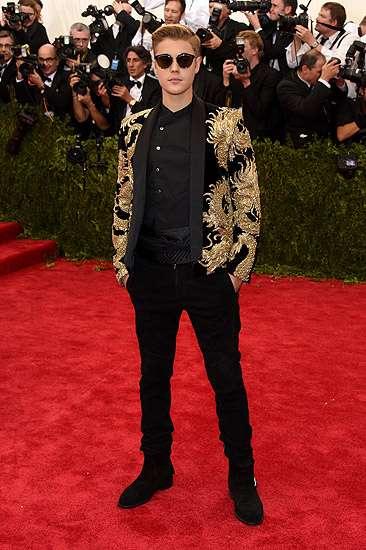 Gaya Justin Bieber Berjas Naga Emas, Keren?