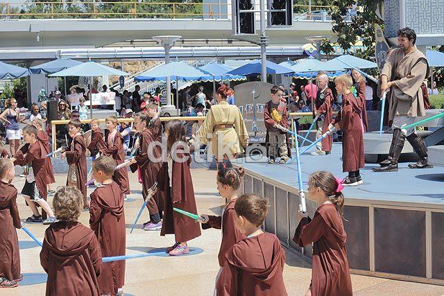 Master Jedi sedang mengajarkan para padawan dan menggunakan sisi baik The Force.