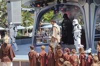 Tak seperti Star Tour yang menggunakan teknologi canggih, Jedi Training Academy memberikan pengalaman langsung. Pertama-tama, anak-anak yang terpilih akan dipakaikan baju seperti ksatria Jedi lengkap dengan lightsaber.