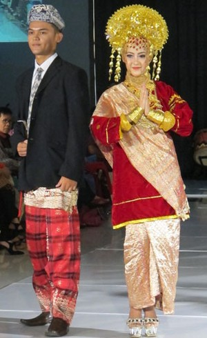 Foto: Warna-warni 16 Busana Pengantin dari Sumatera Barat (Bag. 1)