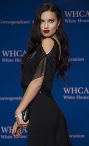 Adriana Lima Jadi Brand Ambassador Parfum Marc Jacobs
