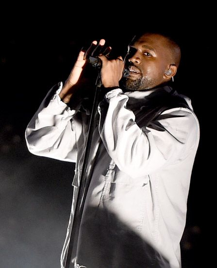 Membuka penampilannya di Wango Tango, Kanye West bawakan lagu 'Black Skinhead', 'I Don't Like', dan 'Stronger' . Kevin Winter/Getty Images/detikFoto.
