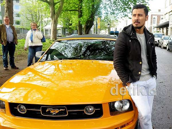 So Cool... Pose Chicco Jerikho di Ford Mustang Kuning