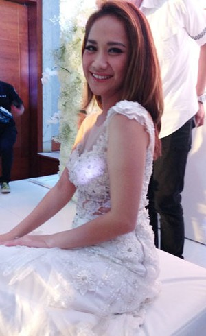Foto: BCL Tampil Memukau dengan Gaun Putih Transparan