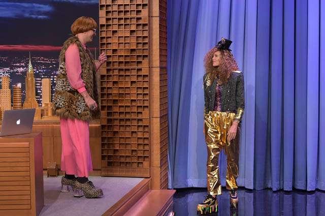 Keriting dan Bercelana Emas, Charlize Theron Nyentrik Banget!