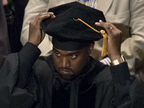 Kanye West Raih Gelar Doktor