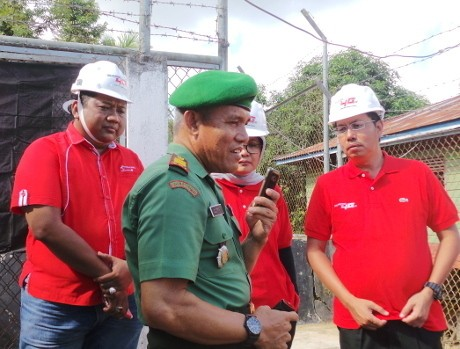 Danramil Sebatik Kapten CHB A.M. Sudirman mengontak melalui RoIP (rns/detikINET)