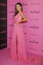 Sexy in Pink! Miranda Kerr Dibalut Gaun Berbelahan Dada Rendah