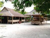 Gazebo dan saung yang berada di Pulau Pari