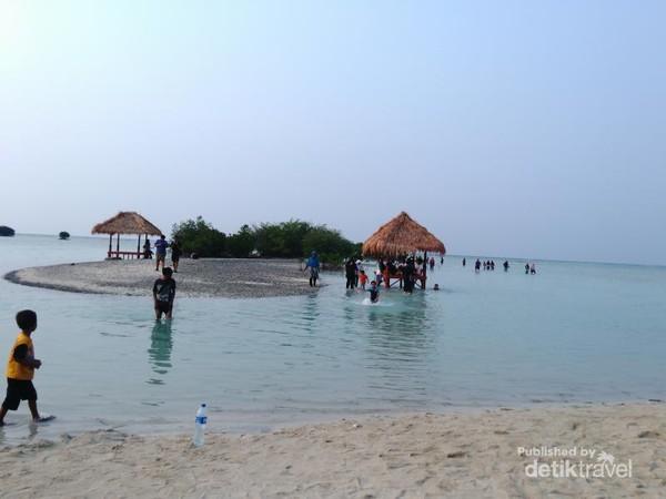Pantai yang cocok untuk bercengkerama bersama keluarga