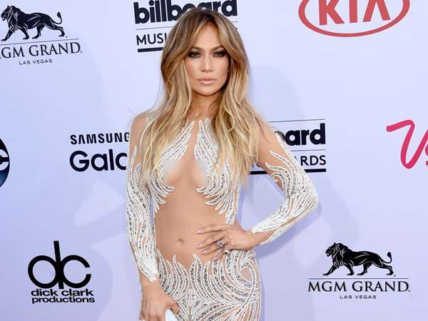 45 Years Old and Still Hot! Jennifer Lopez Wow Bergaun Menerawang