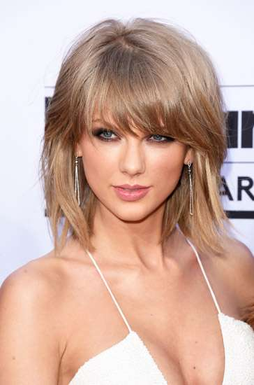 Tampil Serba Putih, Taylor Swift Pamer Dada di Billboard Awards 2015