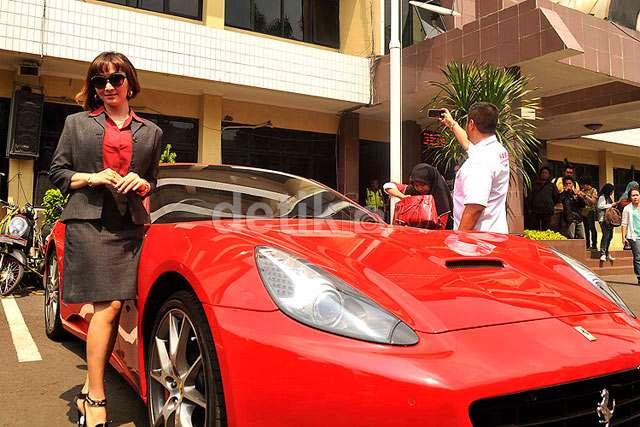 Roro Fitria Eksis dengan Ferrari Merahnya di Polres