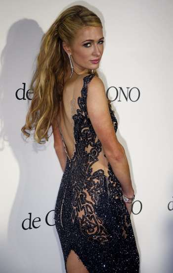 Paris Hilton Seksi Dibalut Dress Menerawang