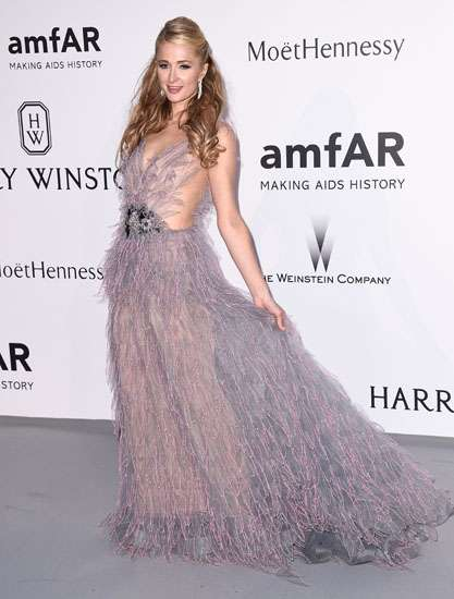 Cantiknya Paris Hilton Bergaun Ungu