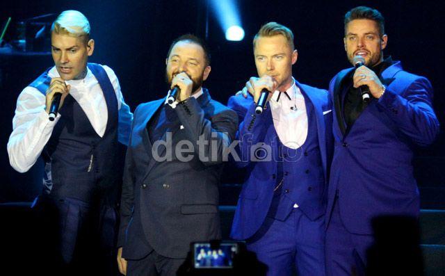 Meski tidak lagi bisa disebut 'boyband', Boyzone tetap punya kharisma yang bisa membuat para penggemar perempuan yang datang malam ini menjerit. Akew/detikHOT.