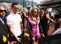 Di acara tersebut, Ronaldo tampil bergaya kasual sementara Cara Delevingne terlihat sporty mengenakan racing suit berwarna pink dengan nuansa hitam. Mark Thompson/Getty Images/detikFoto.