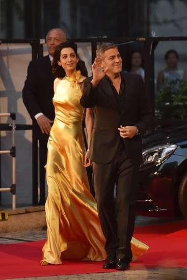 Gorgeous in Gold! Istri George Clooney Jadi Sorotan di Jepang