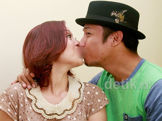 Aih, Mesranya Denny 'Cagur' Cium Bibir Sang Istri