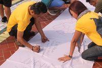 Lewat tanda tangan, pengunjung Parkir Timur Senayan diajak untuk bersama-sama memberikan dukungan bagi ODHA (Orang dengan HIV-AIDS). (Foto: Nita Sari/detikHealth)