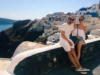 Thank you to the beautiful Santorini, to the inspiring views that take our breath away, to the Angels who show us the little gems and guide us, the the Greek Gods and Goddesses who have lived in this land thru time. And thank you Time, for giving us the space and the moments to Be. #grateful, tulis Ashraf di caption foto. (Instagram/Ashraf Sinclair)