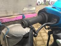 Motor milik pedagang bakso di Ubud, Bali ini menggunakan karet ban pada rem untuk menahan laju motor.