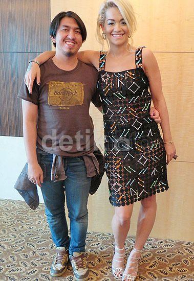 Tim detikHOT bersama Rita Ora yang tampil mengenakan dress menerawang di kawasan Senayan, Jakarta, Kamis (4/6/2015).