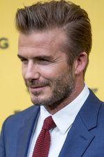 Hot Daddy! David Beckham Gagah Berjas Biru