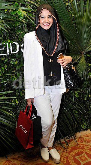 Zaskia tampil dengan dengan hijab dan blus hitam dipadu dengan setelan blazer dan celana serta sepatu serba putih. Pool/Noel/detikFoto.