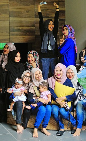 Gaya Kasual Nan Stylish Para Hijabers Saat Datang ke Arisan