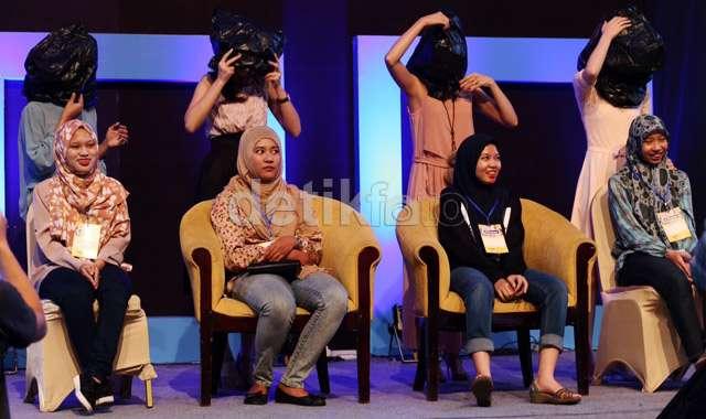 Aksi Dennis Adhiswara Saat Mengisi dPreneur Spesial Surabaya