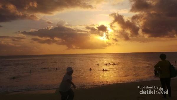 Bermain di pinggir Pantai Dreamland