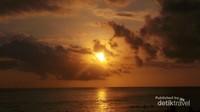 Sinar matahari mengintip dari balik awan