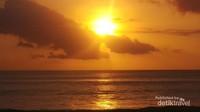 Memandang sunset yang indah dari tepi pantai