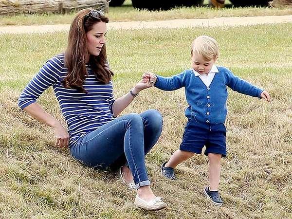So Cute! Pangeran George Asyik Bermain dengan Kate Middleton