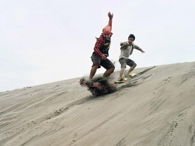 Sandboarding di Gumuk Pasir Parangkusumo, Yogyakarta (Ndro Morrow/d'Traveler)