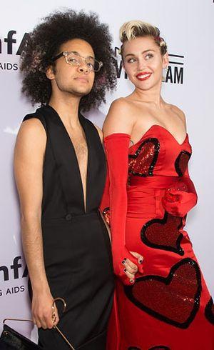 Foto: Miley Cyrus Gandeng Pria Agender Sebagai Teman Kencan