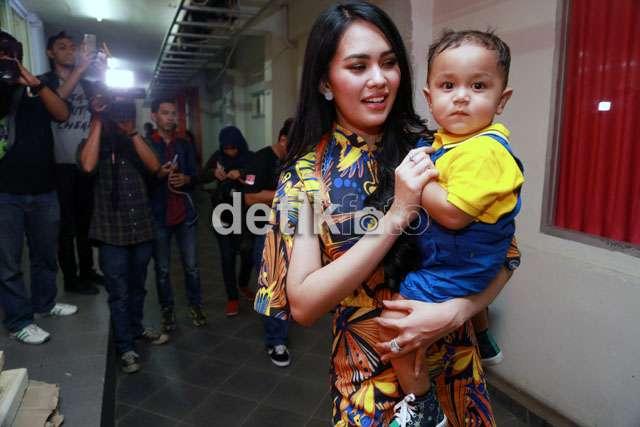 Sweet Moment, Kartika Putri Gendong Anaknya yang Lucu