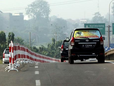 Pemasangan pembatas di tol JORR Cikunir (Rengga Sancaya)