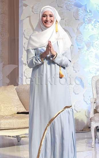 Cantik Berhijab Putih nan Simple ala Inneke Koesherawati