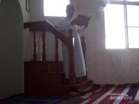 Imam sedang menyampaikan khotbah