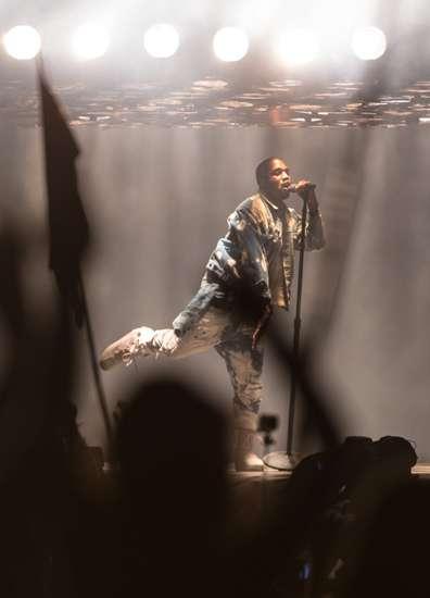 Kendall Jenner dan Cara Delevingne Menari-nari di Konser Kanye West