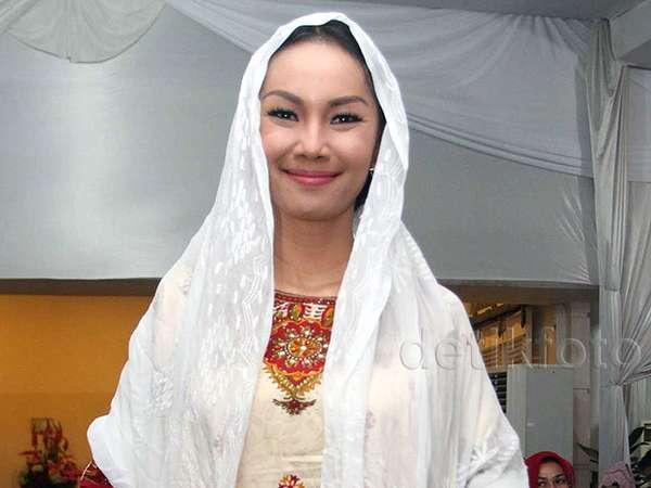 Kalina Tampil Berkerudung