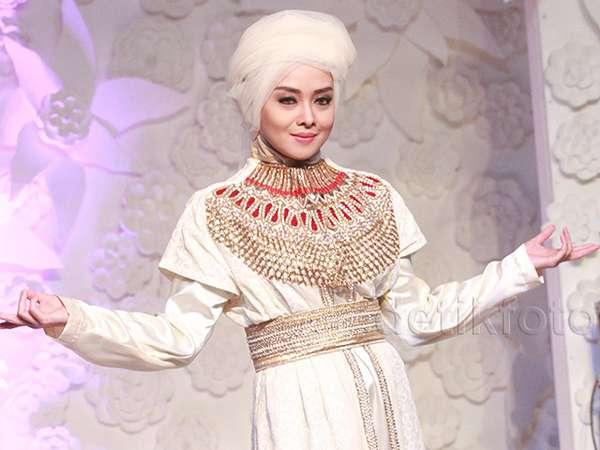 Mantap Berhijab, Terry Putri Jadi Model Busana Muslim